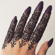 Here we go - A diverse finger design range for all your mehndi moods for this wedding season. It stretches from the minimal mehndi trends to the intricately dense designs arranged together for you right in one single article. Henna Tattoo Designs Simple, Finger Henna Designs, Simple Arabic Mehndi Designs, Henna Art Designs, Mehndi Designs 2018, Mehndi Designs For Beginners, Modern Mehndi Designs, Mehndi Designs For Girls, Mehndi Design Photos