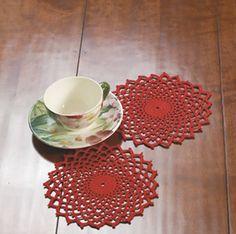 Er du fiks på fingrene, kan du hurtigt hækle en stak julerøde servietter til at lægge mellem tallerknerne eller til fine lyseduge