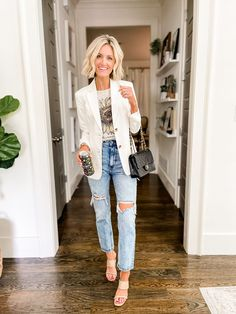 White blazer with graphic tee and light wash distressed jeans Casual Date Night Outfit, Girls Night Out Outfits, White Blazer Outfits, White Skinny Jeans, Complete Outfits, Get Dressed, Stylish Outfits, Spring Outfits, Style Inspiration