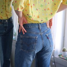 We love mom jeans!   #levis501 #bluejeans #yellowtop #fashioninspo #vintage #90s #momjeans #denim #outfit #secondhand #levis #style