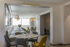 """Notre village """"la Baule"""" vous laisse découvrir sa nouvelle salle de restaurant rénovée. Sur la côte d'Amour, notre village """"la Baule"""" avec une plage de sable fin : baignades, marche sportive ... Découvrez des balades somptueuses et de magnifique visite notamment du port de Pouliguen .. #restaurant #décoration #interieur #idée #location #cosy #loire #atlantique #baule #escoublac #mer #plage #sable #sallederestaurant #bouquet #fleurs #lumineux #luminaire #blanc #jaune #bois #gris #ternélia"""