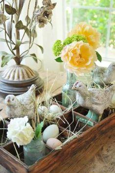 originelle osterdekoration Holzkasten voller Eier, Blumen und Dekohühner