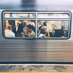 #splovers por @marlaludtke todos somos janelas de vidro. é ingênuo aquele que acha que o público nunca revela o privado. não há cortina que consiga esconder quem realmente somos. dos observadores casuais, quem sabe. mas dos cúmplices diários? nunca. #sp #saopaulo #subway