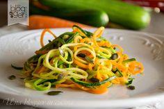 Spaghetti di verdura, degli spaghetti light senza pasta e senza carboidrati, preparati con verdure e conditi con gomasio, olio e semi di zucca.