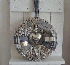 llo zusammen! Biete Euch hier einen schönen Türkranz in grau/weiß an. Er wurde in liebevoller Handarbeit von mir gefertigt.  Dieser Kranz kann sowohl als Wand- oder Türkranz benutzt...