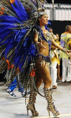 Beldades chamam a atenção nos desfiles das escolas de samba em 2015