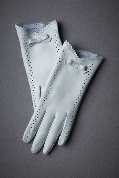 Complementos de invierno para mujer Oh I love these gloves. I don't know where I'd every wear gloves like this, but I still wish I owned them. Gants Vintage, Vintage Accessories, Fashion Accessories, Winter Accessories, Elegant Gloves, Blue Gloves, White Gloves, Paris Flea Markets, Vintage Inspired Wedding Dresses