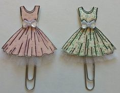 Learn how to make EASY Butterfly & Flower DIY Paper Clip Embellishments For the Top Note Printable Mini Album! Paper Clips Diy, Paper Clip Art, Diy Paper, Paper Crafts, Paper Dress Art, Paper Dresses, Doll Dresses, Paperclip Crafts, Paperclip Bookmarks