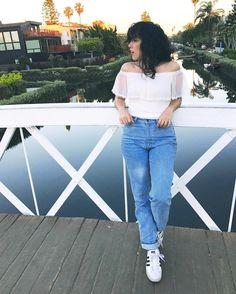 Look do dia: Bruna Vieira com mom jeans (calça de cintura alta) em Venice, na Califórnia.