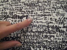 """Wall of fame in MoMa NYC - lege, vierkante, ruimte waar je je naam op de hoogte van jou lengte mocht schrijven op een door jou gekozen plek op een van de vier muren. Gaaf om te zien hoe de gemiddelde lengte van de bezoekers de ruimte vullen.  Samen met mijn partner schreven wij begin augustus 2009 onze namen op de muur.  Deze installatie genaamd """"Measuring the Universe"""" is gemaakt door de Sloveense kunstenaar Roman Ondák. (MoMA The Museum of Modern Art)"""