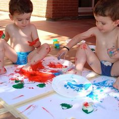El juego, cuanto más libre mejor!! Podemos ofrecer materiales, pero lo mejor es que experimenten libremente, se ensucien, exploren su entorno, se equivoquen, manipulen, toquen, observen,... Sólo así se divertirán mientras imaginan, crean, aprenden y crecen. Porque como dice @rejuega, #JugarEsEsencial . #crearcrecer #creatividad #imaginacion #creixercreant #activitatsnens #actividadesniños #manualitatsinfantils