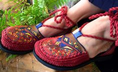Sapatilha artesanal,feita em couro,pintada á mão com acabamento em crochê.Encomende em Sônia Pasck- Tudoart,no Facebook: https://www.facebook.com/soniapasck.tudoart/