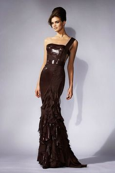 Image from http://www3.images.coolspotters.com/photos/255942/atelier-versace-gown-profile.jpg.