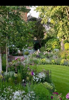 Summer garden inspiration on a budget 80 Beautiful Front Yard Cottage Garden Landscaping Ideas - Homekover Cottage Front Garden, Cottage Garden Design, Garden Landscape Design, Landscape Designs, Cottage Garden Borders, House Landscape, Landscape Plans, Back Gardens, Outdoor Gardens