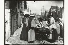 Straatverkoop vanuit een handkar op het Rokin in Amsterdam, George Hendrik Breitner, Harm Botman, c. 1890 - c. 1910