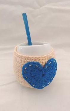 Mate De Cerámica Con Funda Corazón A Crochet - $ 160,00 Crochet Coffee Cozy, Crochet Kitchen, Knit Crochet, Projects To Try, Crochet Patterns, Knitting, Fabric, Handmade, Crafts
