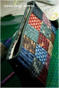 I like the varied straight line stitching on each block. Adds to the simple squares! Patchwork Bags, Quilted Bag, Purse Patterns, Quilt Patterns, Diy Pochette, Fabric Bags, Little Bag, Zipper Bags, Handmade Bags