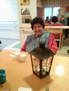 Kata otti kuvan Irjasta ja kynttilästä. Irja lauloi kynttilä laulun.