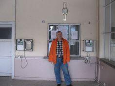 Sinemanın içinde,Gişenin önünde-Her iki yanımda işçi puantaj saatleri var.İşçiler işe giriş çıkışlarında,bu saatlere puantaj kartları ile giriş çıkış yapıyorlar.Bu saatler benim zamanımda kurulmuştu.Bunların kuruluşunda ve Bilgisayar Programlarının yapılmasında ve Bilgisayarlı Puantaj sisteminin kurulumunda büyük emek sarf etmiştim.