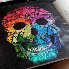 Olhem que B-A-B-A-D-O essa caveira da @giuliacinatri!!!! A gente ama o colorido no estilo arco-íris, com esse fundo preto então... Ficou um arraso!!! Quer ver seu desenho por aqui também? Use nossa hashtag #sissecretas ou nos mande por DIRECT! #jardimsecreto #sissecretas #florestaencantada #secretgardenbook #enchantedforestbook #secretgarden #enchantedforest #colorful #rainbow #johannabasford #adultcolouring #lápisdecor #canetinhas #artherapy #arteterapia #antiestresse