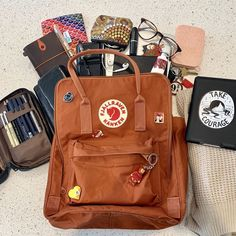 Mochila Kanken, Kanken Backpack, What In My Bag, What's In Your Bag, Inside My Bag, What's In My Purse, Cute Mini Backpacks, Stationary School, Accesorios Casual