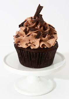 G teau 10 pouces au chocolat avec gla age meringue suisse au chocolat et ganache au chocolat - Glacage cupcake facile ...