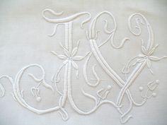 Articles vendus > Linge ancien de lit > LINGE ANCIEN / Grand drap de lin brodé main avec belles broderies et monogramme JV - Passion de Blanc - Broderie ancienne - Antique & Vintage French linen