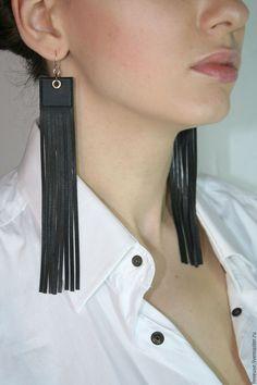 Купить или заказать Серьги кожаные бахрома в интернет-магазине на Ярмарке Мастеров. Стильные легкие кожаные серьги, которые подчеркнут Ваш стиль и индивидуальность. Актуальны на все времена годы, на каждый день на выход. Исполнены из итальянской кожи высшего сорта. Швензы из хирургической стали. Возможно создание этих серег в другом цветовом решении. Handmade Leather Jewelry, Diy Leather Earrings, Black Earrings, Leather Craft, Beaded Earrings, Textile Jewelry, Fabric Jewelry, Boho Jewelry, Jewelry Design