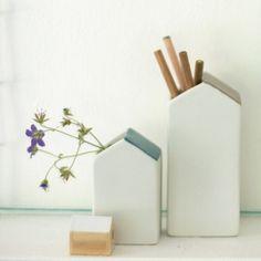 porzellanhaus-vase von bloomingville mit grauem dach. das haus ist als vase oder behälter für stifte und co. geeignet. 6,5 x 6,2 x h13,5cm 11,-€