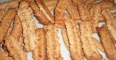 skwarki zmielić 2 razy przez maszynke do mięsa z drobnym sitkiem.Mąkę wymieszać z proszkiem i przesiać na stolnice, wbić jajka dodać skwarki i cukier. Zagnieść i wyrobić wyrobić ciasto [ powinno być dość twarde].Do tego ciasta można dodać mielone orzechy . Jeżeli ciasto będzie z byt suche to dodać troche