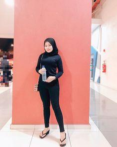 "❶❾ di Instagram ""Fav colour🖤"" Hijab Jeans, Amazing Women, Normcore, Color, Instagram, Style, Fashion, Swag, Moda"