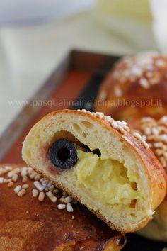 La polacca aversana.  Soffice pasta brioche farcita di crema pasticcera e amarene. Tante amarene.  Originariamente realizzata come torta ...