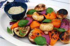 Grillade grönsaker med pestosås Låt favoritgrönsakerna samsas på grillen och servera dem sedan tillsammans med en fantastisk pestosås. Så enkelt och så gott.