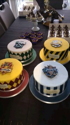 hogwarts house cakes cupcakes - gift ideas for Harry Potter fans! - hogwarts house cakes cupcakes – gift ideas for Harry Potter fans! Harry Potter Diy, Harry Potter House Colors, Harry Potter Torte, Harry Potter Desserts, Harry Potter Birthday Cake, Harry Potter Wedding, Decors Pate A Sucre, Kreative Desserts, Peach Cake