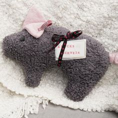 Anleitung: Glücksschwein selber nähen A lucky pig to cuddle – this is also happy adult children. With a sewing machine and our cutting templates, the stuffed animal is fast … Sewing Hacks, Sewing Tutorials, Sewing Crafts, Sewing Patterns, Sewing Tips, Sewing Ideas, Sewing Machine Projects, Sewing Projects For Beginners, Diy And Crafts
