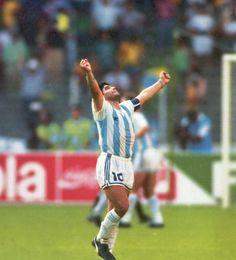 una de las fotos más famosas de Diego es la del festejo de aquel gol #Italia90