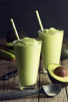 Creamy Avocado Smoothie Is a Delicious Way to Help Your Heart — and Waistline This creamy avocado banana smoothie helps your heart — and your waistline; 272 caloriesThis creamy avocado banana smoothie helps your heart — and your waistline; Juice Smoothie, Smoothie Drinks, Healthy Smoothies, Healthy Drinks, Healthy Snacks, Smoothie With Avocado, Avocado Shake, Avocado Juice, Healthy Smoothie Recipes