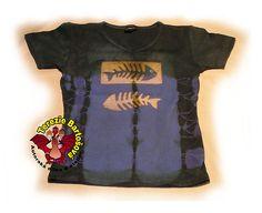 TRIKO NA RYBY PRO DÁMY Velikosti: S, M, L, XL, XXL Barva: modrá batika Technika: ruční zpracování batika + kresba Složení: 100% bavlna Střih: klasický krátký rukáv MOŽNOSTI OBJEDNÁNÍ VOLITELNÝCH VELIKOSTÍ T Shirts For Women, Mens Tops, Fashion, Atelier, Moda, Fashion Styles, Fashion Illustrations