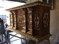 Altar tallado en madera de cedro y terminado en hoja de oro por Oscar Vieyra para la parroquia de Tequizquiapan