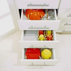 Those of you who have small kitchens must be smart with storage solutions. We've a bunch of cool and practical kitchen drawer organization ideas for you. Kitchen Cabinet Drawers, Kitchen Drawer Organization, Kitchen Storage, Home Organization, Kitchen Cabinets, Dish Storage, Food Storage, Comedor Office, Casa Loft