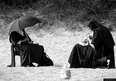 © Blende, Manfred Anders, #Nonnen mit #Möwe | #nuns #seagull #strand #beach