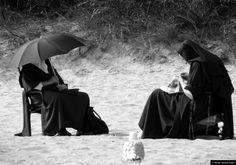 © Blende, Manfred Anders, #Nonnen mit #Möwe | #nuns #seagull #strand #beach