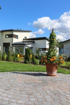 Asuntomessut 2015, Vantaa Kivistö, Tiikerinsilmä 3, Klassikkokivet, musta. http://www.rudus.fi/pihakivet