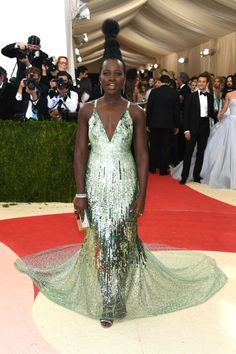 Do excêntrico ao glamouroso: os looks das famosas no baile de gala do MET - Lupita Nyong'o