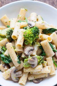 One Pot Pasta Primavera. Für dieses 15-Minuten Rezept braucht ihr nur einen Topf und neun Zutaten. Ein Muss für jeden Pastaliebhaber - kochkarussell.com