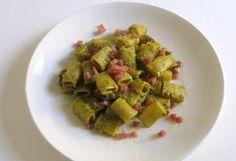 I broccoli sono tra i protagonisti della cucina di questa stagione. In questa ricetta sostituiscono il basilico per un pesto dai toni più invernali.