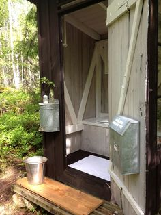 Hand washing outside a )finnish huussi (outhouse Outside Toilet, Outdoor Toilet, Outdoor Baths, Outdoor Bathrooms, Dry Cabin, Outhouse Bathroom, Summer Cabins, Composting Toilet, Cabins In The Woods