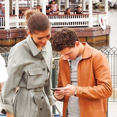 Find images and videos about zendaya and tom holland on We Heart It - the app to get lost in what you love. Tom Spiderman, Tom Holland Zendaya, Tom Holland Imagines, Tom Holland Peter Parker, Marvel Actors, Marvel Avengers, Marvel Comics, Zendaya Coleman, Men's Toms