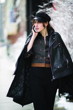 Anna Cleveland luce un outfit de Desigual in en las calles de Manhattan - New York. Foto: Timur Emek