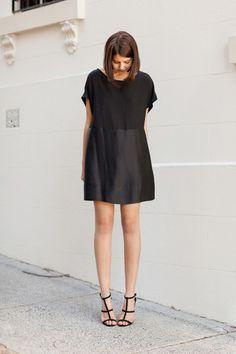 異素材切り替えのミニドレスは、足長効果もあるのが嬉しいですね。足元は細いストラップの女性らしいサンダルをプラスして、そのままパーティーにもOKな着こなしに。